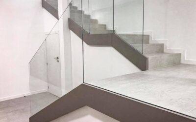 Escalera de gres porcelánico imitación cemento