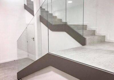 Escalera de gres porcelánico imitación cemento para una clínica dental