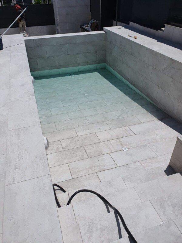 piscina de gres porcelánico imitación piedra en Madrid