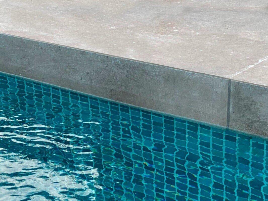 Coronación piscina cerámica imitación cemento
